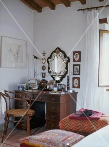 Antiker schreibtisch mit schubladen und lehnstuhl aus for Schreibtisch holz mit schubladen