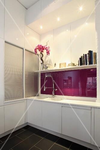 k chenzeile mit weisser front und r ckwand aus violett lackiertem glas in designer k chenecke. Black Bedroom Furniture Sets. Home Design Ideas