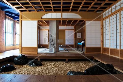 vorraum mit podest und gekiestem boden vor offenem meditationsraum mit japanischen w nden in. Black Bedroom Furniture Sets. Home Design Ideas