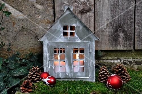 weihnachtliche gartendeko zinkh uschen mit kerzen auf. Black Bedroom Furniture Sets. Home Design Ideas