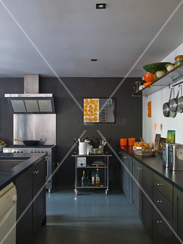 graue k chenzeile und mittelblock vor edelstahl herd mit. Black Bedroom Furniture Sets. Home Design Ideas