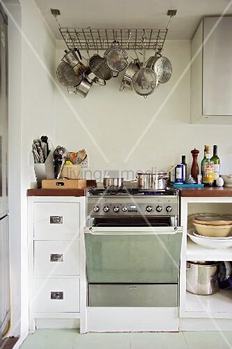 Moderne einfache k chenzeile mit topfgitter an der decke for Einfache kuchenzeile