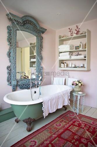 altmodisches bad im shabby look mit freistehender. Black Bedroom Furniture Sets. Home Design Ideas