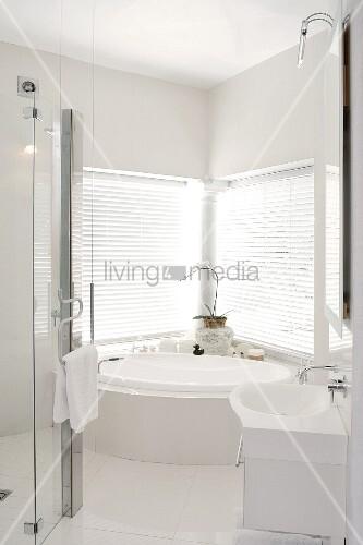 elegantes designerbad mit eckbadewanne vor fenster und. Black Bedroom Furniture Sets. Home Design Ideas