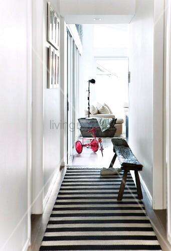 Teppich läufer weiß  Schmaler Flur mit schwarz-weiss gestreiftem Teppichläufer und ...