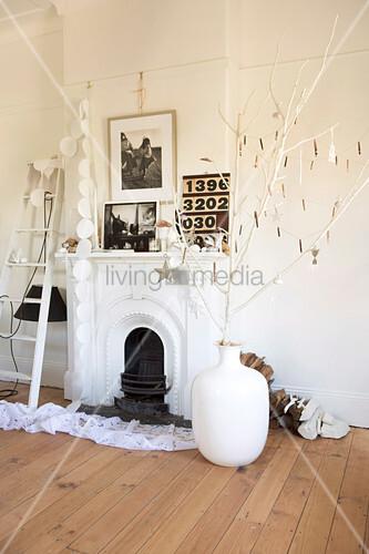 weisse bodenvase mit dekorierten zweigen auf dielenboden. Black Bedroom Furniture Sets. Home Design Ideas