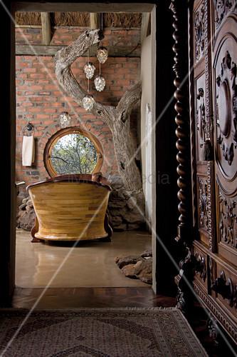 blick durch offene t r auf badewanne aus holz am fenster bild kaufen living4media. Black Bedroom Furniture Sets. Home Design Ideas