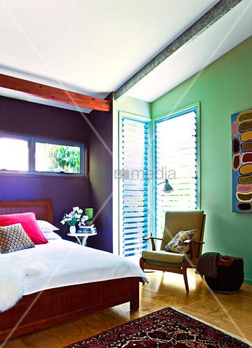 farbenfrohes schlafzimmer mit doppelbett unter der dachschr ge bild kaufen living4media. Black Bedroom Furniture Sets. Home Design Ideas