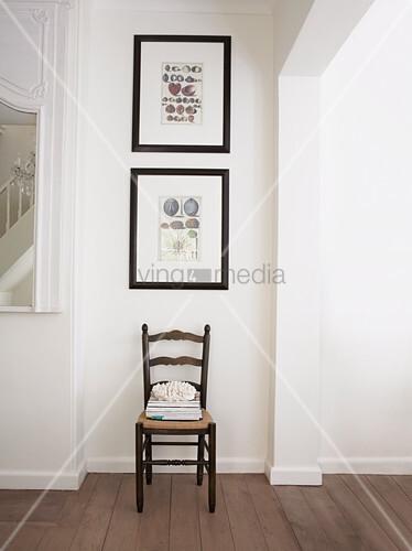 gerahmte bilder mit maritim motiven an weisser wand ber einem stuhl bild kaufen living4media. Black Bedroom Furniture Sets. Home Design Ideas