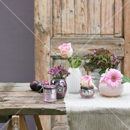 sommerliche tischdeko mit blumenvasen und pflaumen bild. Black Bedroom Furniture Sets. Home Design Ideas