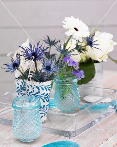 tischdeko mit gerbera rosen veilchen und mannstreu. Black Bedroom Furniture Sets. Home Design Ideas