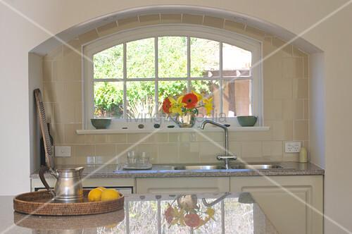 K chenzeile unter dem fenster in einer wandnische mit rundbogen bild kaufen living4media - Fenster mit rundbogen ...