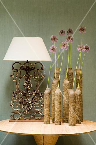 tonvasengruppe mit einzelnen blumen und tischlampe mit weissem schirm auf vintage metallfuss auf. Black Bedroom Furniture Sets. Home Design Ideas