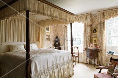 schlafzimmer im alten englischen stil mit ppiger. Black Bedroom Furniture Sets. Home Design Ideas