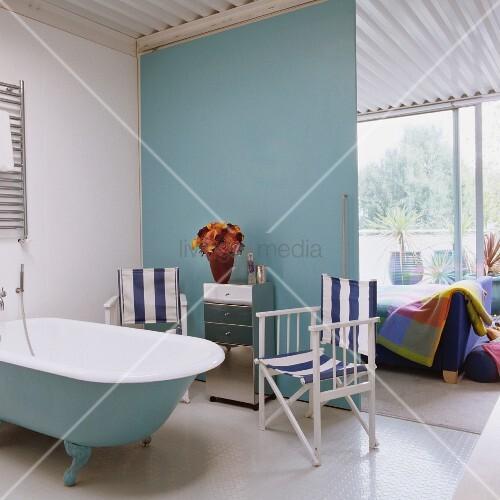 maritimes bad ensuite mit regiest hlen an der retrowanne und blick in das loft schlafzimmer. Black Bedroom Furniture Sets. Home Design Ideas