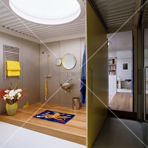 wohnung im loftstil mit bullauge in der trapezblechdecke und einer schiebewand vor dem. Black Bedroom Furniture Sets. Home Design Ideas