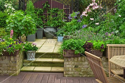terrasse mit unterschiedlichem bodenbelag getrennt durch treppenstufen bild kaufen living4media. Black Bedroom Furniture Sets. Home Design Ideas