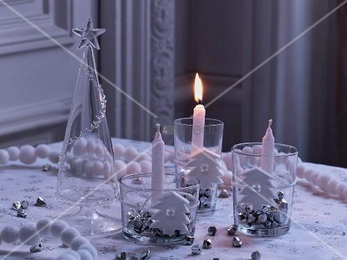 Weihnachtliche Tischdekoration weihnachtliche tischdekoration in weiss silber mit kerzenhaltern bild kaufen living4media
