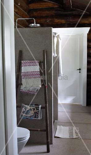 duschkabine aus beton im bad eines blockhauses bild kaufen living4media. Black Bedroom Furniture Sets. Home Design Ideas