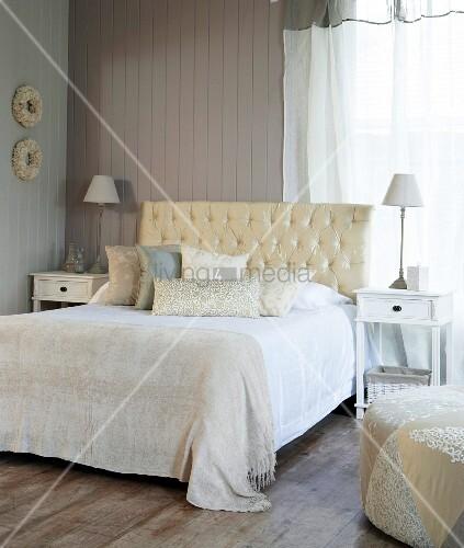 bett mit gepolstertem kopfteil in l ndlichem schlafzimmer bild kaufen living4media. Black Bedroom Furniture Sets. Home Design Ideas