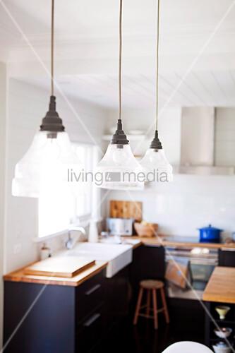 vintage glas h ngelampen ber dem esstisch in einer. Black Bedroom Furniture Sets. Home Design Ideas