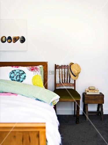 bett mit stuhl und nachttisch aus holz daneben bild. Black Bedroom Furniture Sets. Home Design Ideas