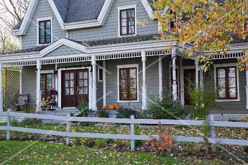 grau gestrichenes holzhaus mit veranda und vorgarten. Black Bedroom Furniture Sets. Home Design Ideas