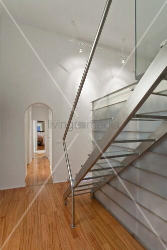 treppe aus edelstahl neben einbau aus glas stahl konstruktion in wohnraum mit rundbogen in. Black Bedroom Furniture Sets. Home Design Ideas