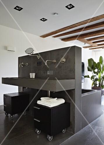 Freistehende installationswand mit badewanne und for Innendesigner wien