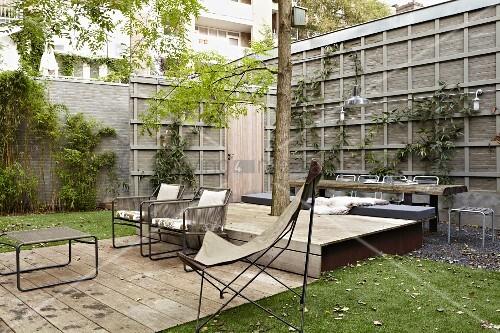Terrassenplatz mit holzdielen und stuhl im butterfly stil for Innendesigner schweiz