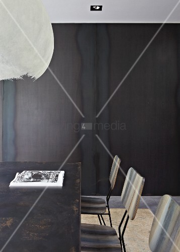 Vintage metalltisch und retro st hle vor metallwand bild for Innendesigner wien