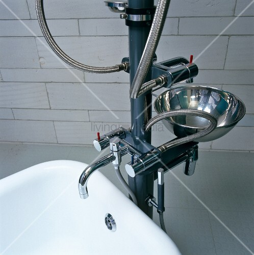 moderne wasserinstallationsskulptur mit waschbecken und badewannenarmatur bild kaufen. Black Bedroom Furniture Sets. Home Design Ideas