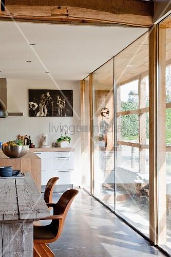rustikaler tisch in offener k che in modernem haus bild. Black Bedroom Furniture Sets. Home Design Ideas