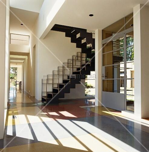offener vorraum mit zeitgen ssischer treppe und haust r aus metall und glas bild kaufen. Black Bedroom Furniture Sets. Home Design Ideas