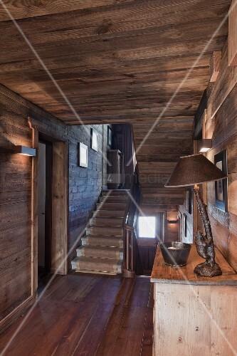 blick vom holzverkleideten flur mit holzdecke und boden in helles treppenhaus mit steintreppe. Black Bedroom Furniture Sets. Home Design Ideas
