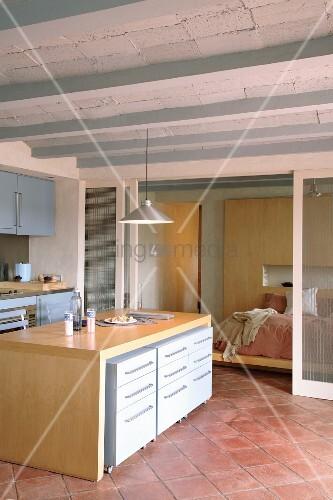 moderne offene k che mit mediterraner rippendecke und terracottaboden durch transluzente. Black Bedroom Furniture Sets. Home Design Ideas
