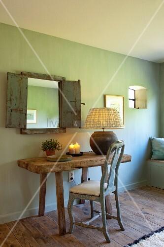 Rokoko stuhl und rustikaler holztisch vor spiegel mit holzl den an gr n get nter wand bild - Rustikaler spiegel ...