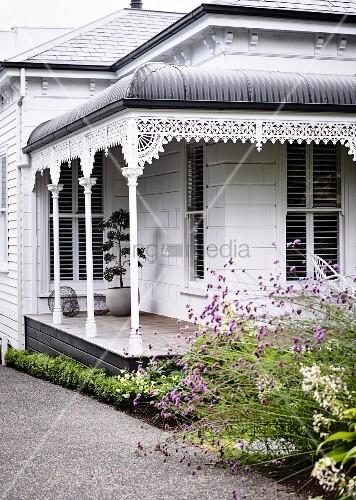 viktorianisches haus mit veranda und typischer verzierung bild kaufen living4media. Black Bedroom Furniture Sets. Home Design Ideas