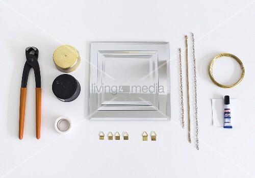 Spiegel mit verschiedenen Materialien, Werkzeug und Bildaufhänger