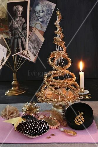 origineller weihnachtsbaum aus goldener girlande auf. Black Bedroom Furniture Sets. Home Design Ideas