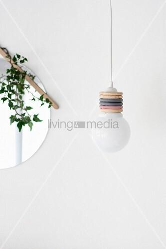 DIY-Pendelleuchte mit farbigen Vorhangringen