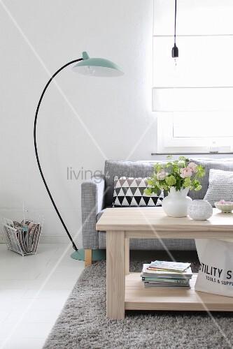 Eleganter wohnbereich mit grauer polstercouch bogenlampe for Grauer couchtisch