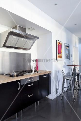 k chenzeile mit edelstahl spritzschutz und schwarzer front. Black Bedroom Furniture Sets. Home Design Ideas