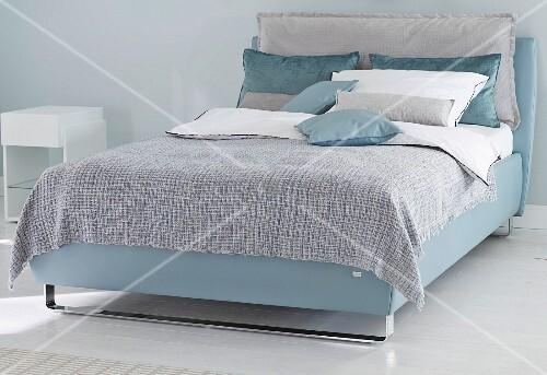 boxspringbett in blaut nen im schlafzimmer bild kaufen. Black Bedroom Furniture Sets. Home Design Ideas