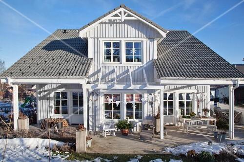 schwedenhaus in winterlicher umgebung bild kaufen living4media. Black Bedroom Furniture Sets. Home Design Ideas