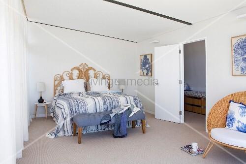 Doppelbett mit kunsthandwerklichem betthaupt in reduziertem schlafzimmer mit tagesdecke und - Tagesdecke schlafzimmer ...