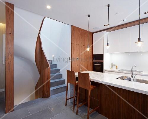 moderne k che mit dunklen holzfronten und marmorplatte bild kaufen living4media. Black Bedroom Furniture Sets. Home Design Ideas