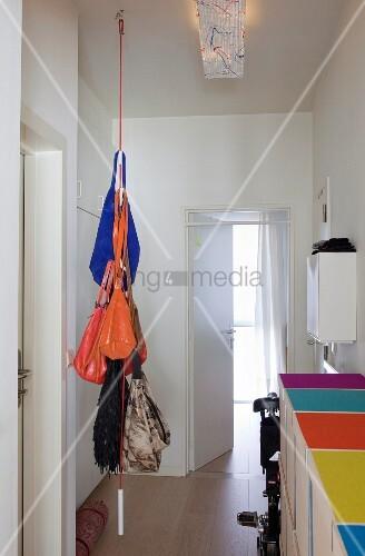 Von der decke h ngendes seil als garderobe mit handtaschen for Garderobe seil