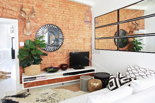 Ethno wohnzimmer mit backsteinwand und spiegeln bild kaufen living4media - Backsteinwand wohnzimmer ...