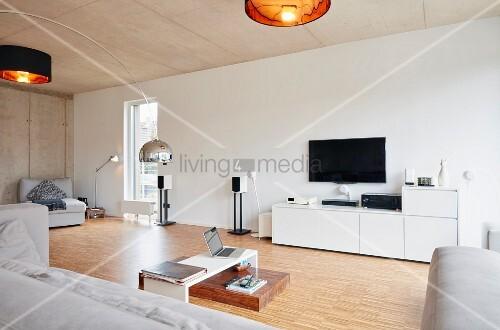 Modernes Wohnzimmer Mit Holzboden Und Betondecke